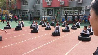 This was a demonstration lesson in physical education at the Anhui Normal University Affiliated Kindergarten. The students did all kinds of exercises with automobile tires, including carrying them across the courtyard.