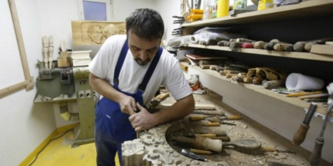 Profesi pengrajin ukir kayu yang buthketelitian ekstra