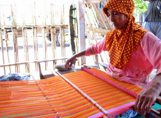 Profesi Tukang tenun untuk melestarikan kekayaan budaya di Indonesia
