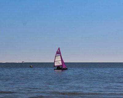 Barco de vela ligera en el mar