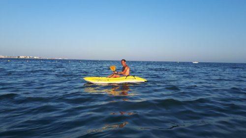 Hombre haciendo kayakismo en la bahía de Santa Pola. Club deportivo en Santa Pola