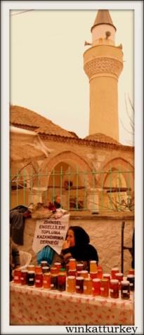 Puesto de mermeladas y compotas caseras frente a la mezquita