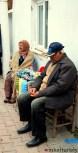 Pareja de ancianos vendiendo sus productos hechos a mano.