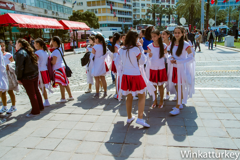 Niñas después del festival del 23 de abril en Izmir.