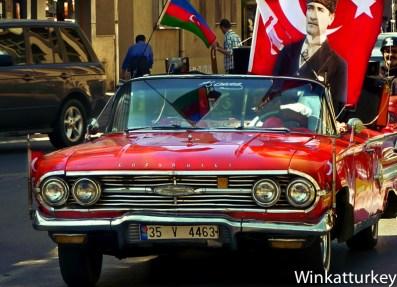 Algunos celebran el 23 de abril paseando con coches antiguos con símbolos nacionales