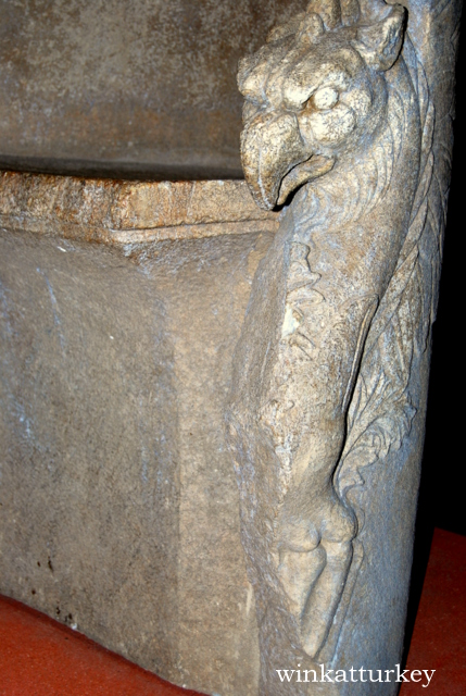 Detalle de uno de los brazos de un trono