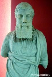 Estatua de un sacerdote romano encontrado en Halicarnaso, Bodrum del periodo 20 a.c-395 d.c.