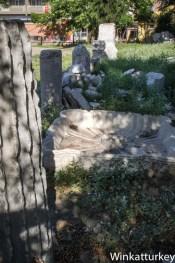 Restos a lo largo del parque de las ruinas de Tiatira