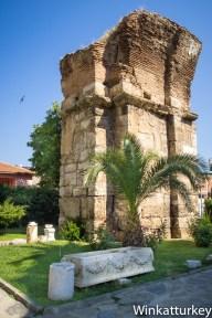 Sarcófagos junto a las ruinas de la basílica