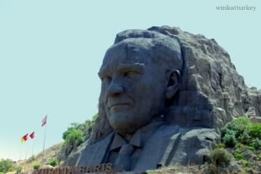 Se encuentra en la carretera que uno la ciudad de Izmir con el aeropuerto.