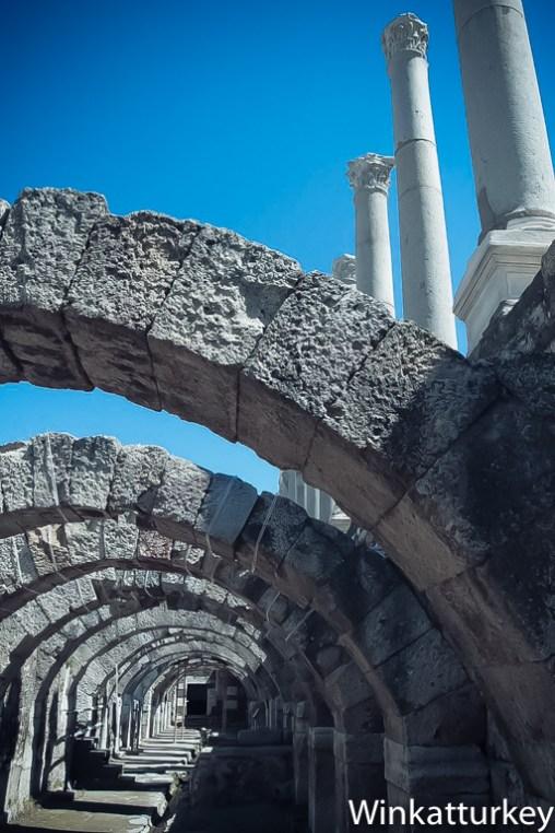 Vista los arcos bajo el pórtico oeste