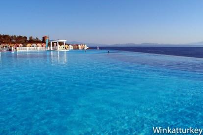 Bahia de Kusadasi desde piscina de hotel en Ozdere