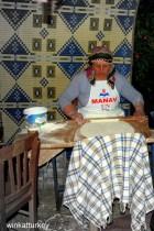 Unas mujeren preparan gözlemes para los invitados