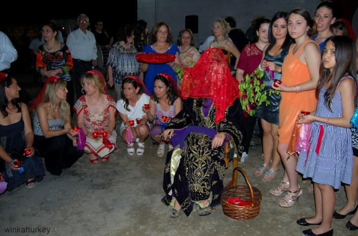 La novia es cubierta cpon el velo rojo