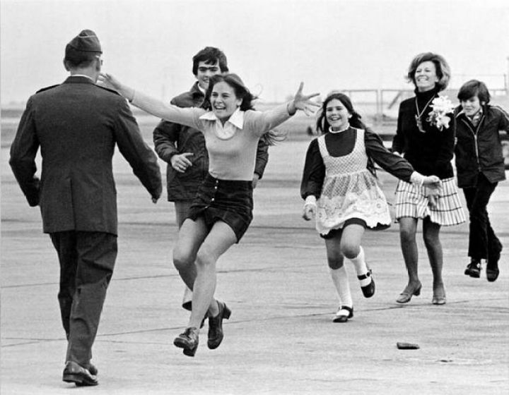 29 Powerful Pictures - Lt. Colonel Robert L. Stirm is reunited with his family after being taken prisoner during the Vietnam war.