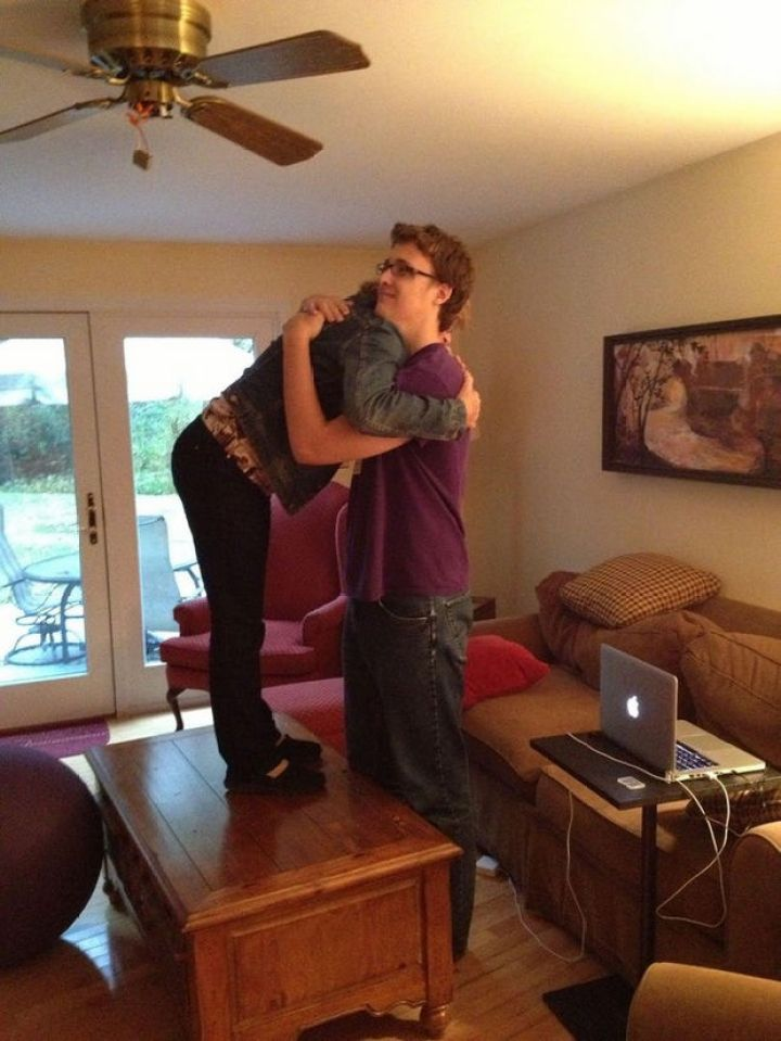 27 Tall People Problems Only Tall People Have - Hugging your mom isn't as easy as it used to be.