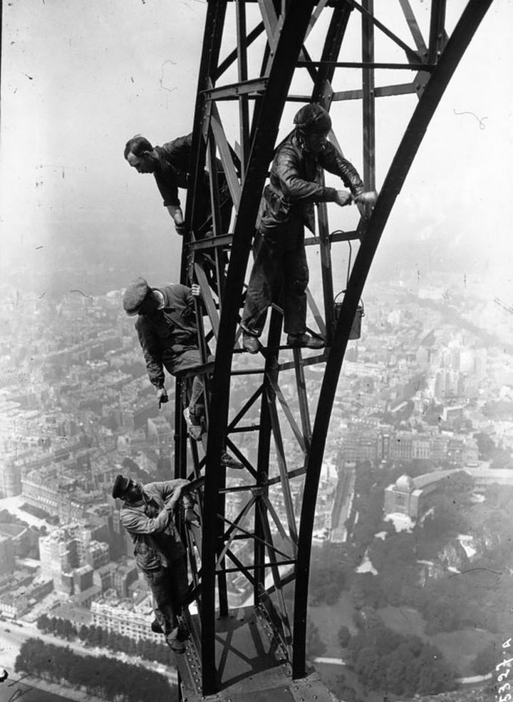 21 Historical Photos - A crew painting the Eiffel Tower, 1932.