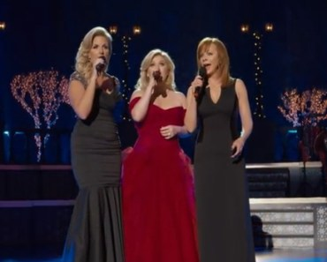 Kelly Clarkson Sings Silent Night with Trisha Yearwood and Reba McEntire.