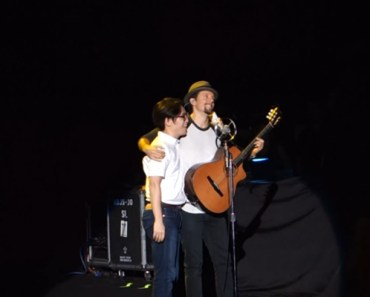 Jason Mraz Invites Fan to Perform Live on Stage in Taiwan