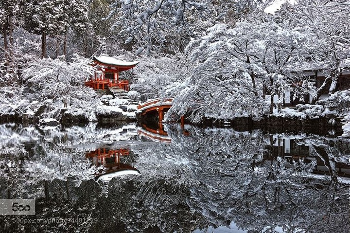 21 Awe-Inspiring Photos - A temple garden in Kyoto, Japan, after a rare snowfall.