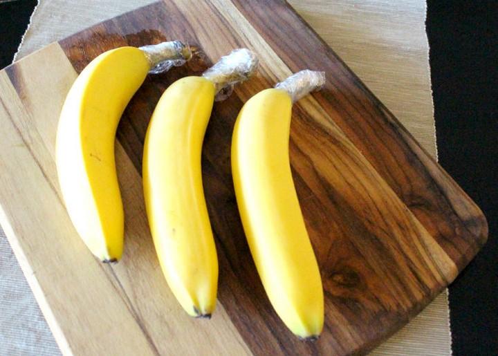 28 Food Storage Hacks - Wrap banana stems with plastic wrap.