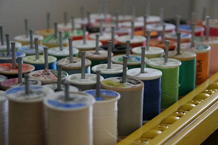 46 Useful Storage Ideas - Keep your sewing thread neatly organized with DIY framed thread holder.