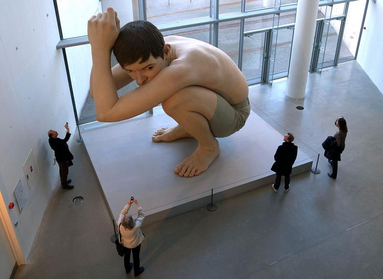 Artist Ron Mueck Creates Hyper Realistic Sculptures of People 14
