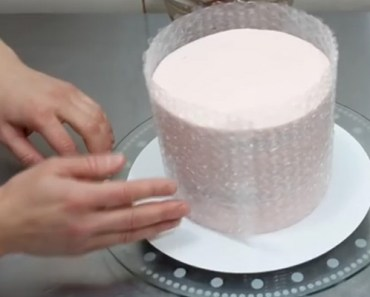 Create a Basket Cake With This Decoration Using Bubble Wrap.