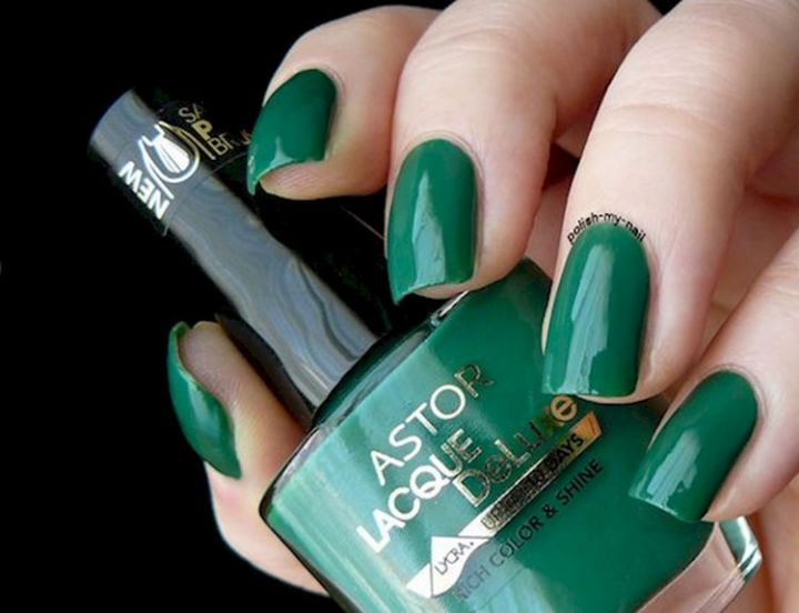 18 Green Manicures - A gorgeous solid forest green manicure.