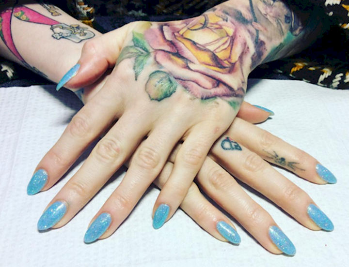 18 Ice Blue Nails - Unleash your inner rock star with these icy blue beauties.