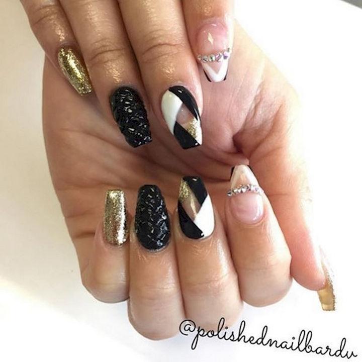 18 3D Nails - Shimmering gold textured nails.