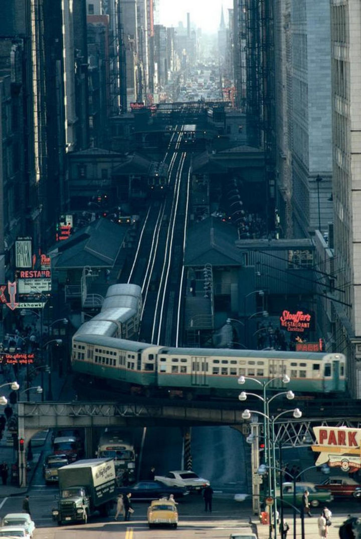 35 Rare Historical Photos - 1967: A busy day on the streets of Chicago.