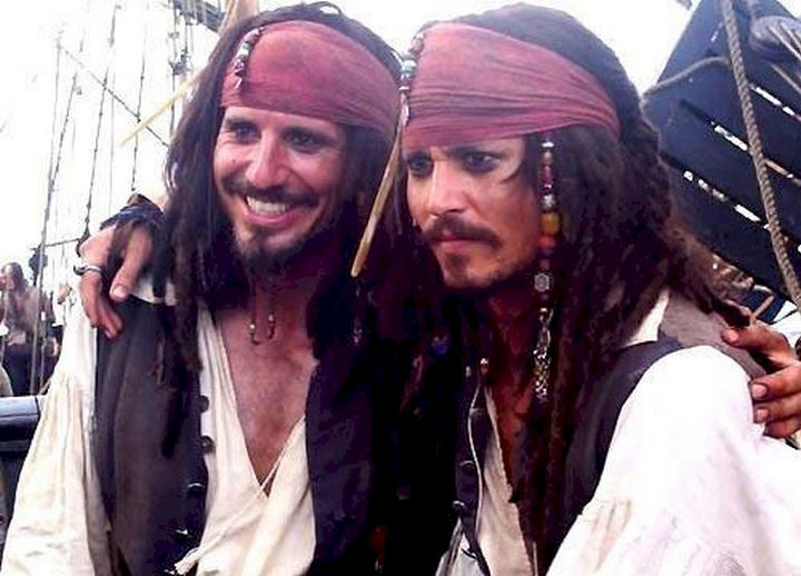 """23 Celebrities Hanging Out With Their Stunt Doubles - Johnny Depp with his stunt double on the set of """"Pirates of the Caribbean."""""""