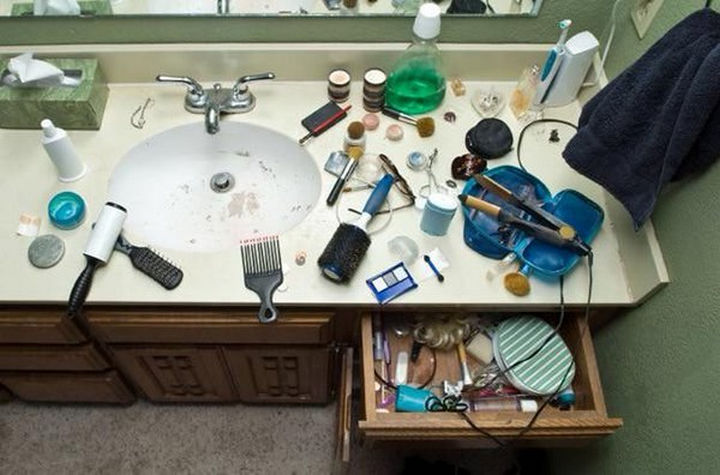 19 Photos of Growing up With Sisters - When she's getting ready for a date.