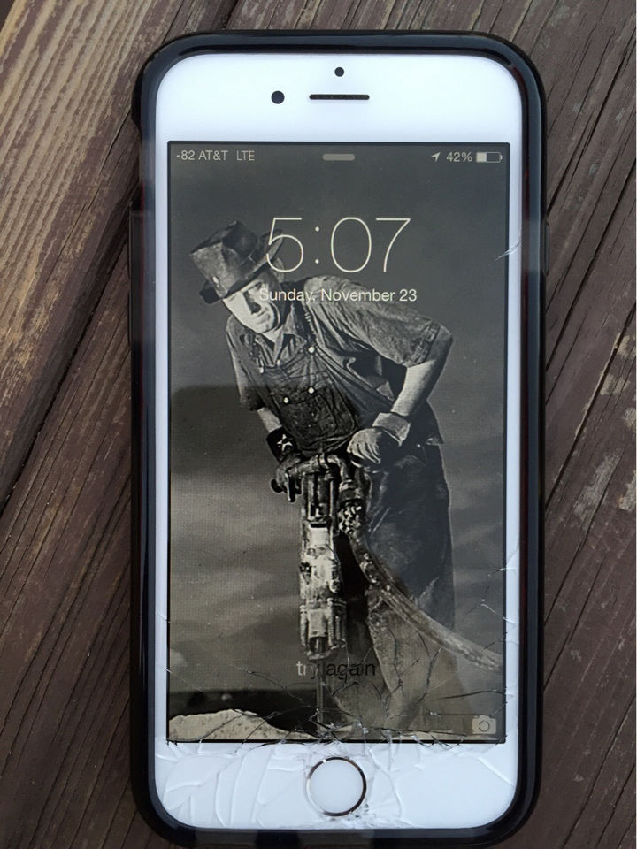 31 People Making the Best of a Bad Situation - This background couldn't be more fitting for this broken iPhone screen.