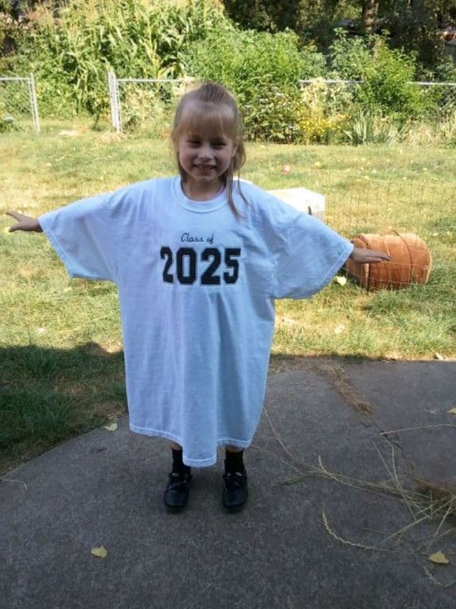 21 Best Mom Hacks - When your kids start school, have them wear an oversized t-shirt with their graduating year on it. Take a picture every school year with the same t-shirt for a priceless souvenir when they finally graduate.