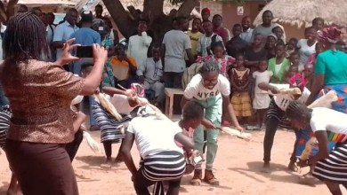 Photo of Benue community gifts 80 tubers of yam to a single female serving corps member who erected a borehole