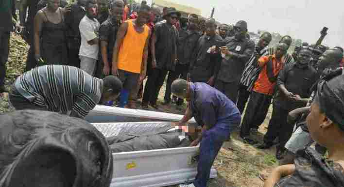Furious Friends Of Deceased Storm Cemetery To Demand Corpses From Bereaved Family. Confusion hit a cemetery at Koforidua after a group of violent men attacked