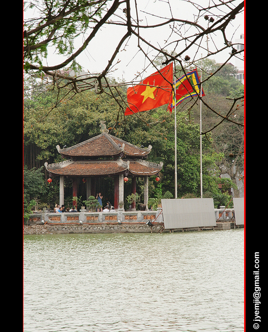 Lake Hoan Kiem, Hanoi. Photographies du Vietnam by © Hatuey Photographies