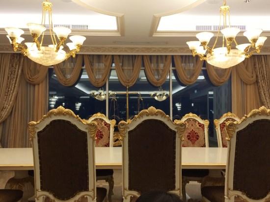 pemilihan kursi bersandar tinggi dengan ukiran dan warna emas