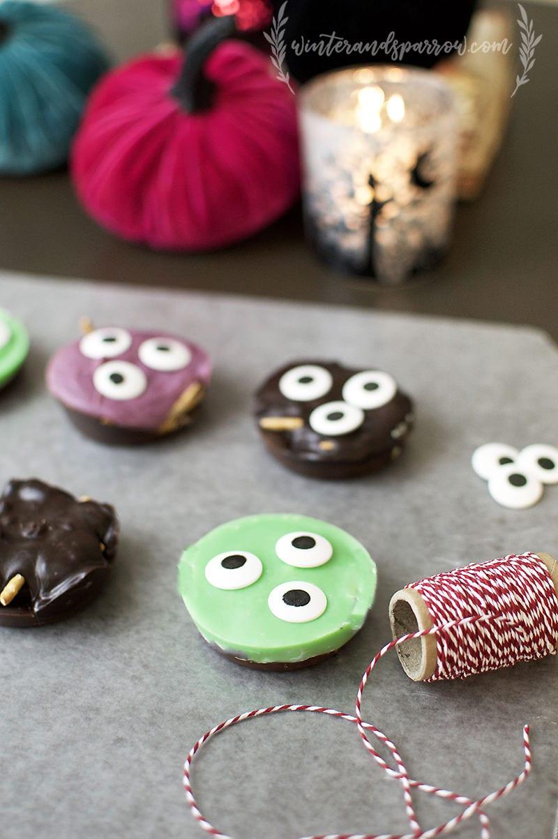 Double Chocolate Monster Cookies #Halloween winterandsparrow.com