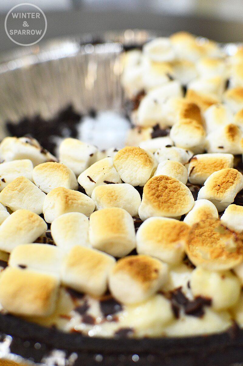 Easy No-Bake S'Mores Pie | winterandsparrow.com #smores #smoresrecipe #nobakedesserts