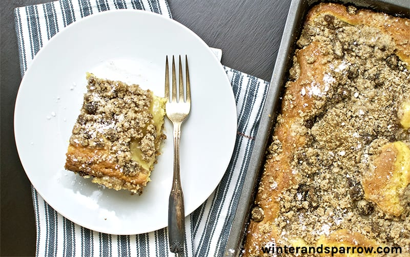 15-Minute Apple Cinnamon Coffee Cake with Crumb Topping   winterandsparrow.com #applecinnamonrecipes #coffeecake #easycoffeecakerecipes #easybreakfastrecipes