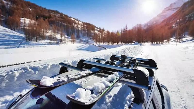 Met een skidrager of een dakkoffer voorkom je gepuzzel om je skigear in de auto mee te nemen.