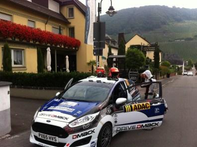 ... auch die Rallye-Fahrer müssen mal Reifen wechseln...