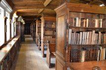 Viele Bücher waren im 14. Jhd. angebunden, um dem grassierenden Schwund vorzukommen.