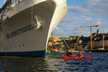 Przepływamy koło hotelu na wodzie, czyli statku
