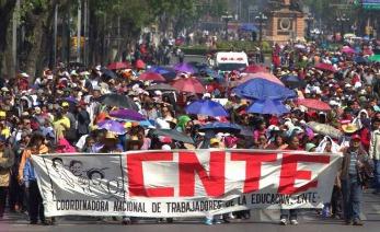 Manifestación en marcha por los trabajadores de la CNTE