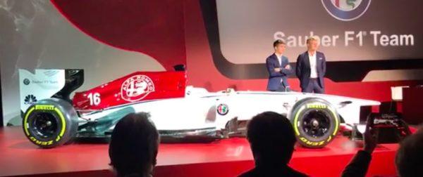 El coche tendrá los colores rojo y blanco