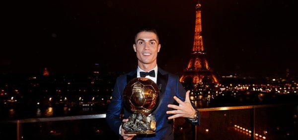 Cristiano Ronaldo presume trofeos